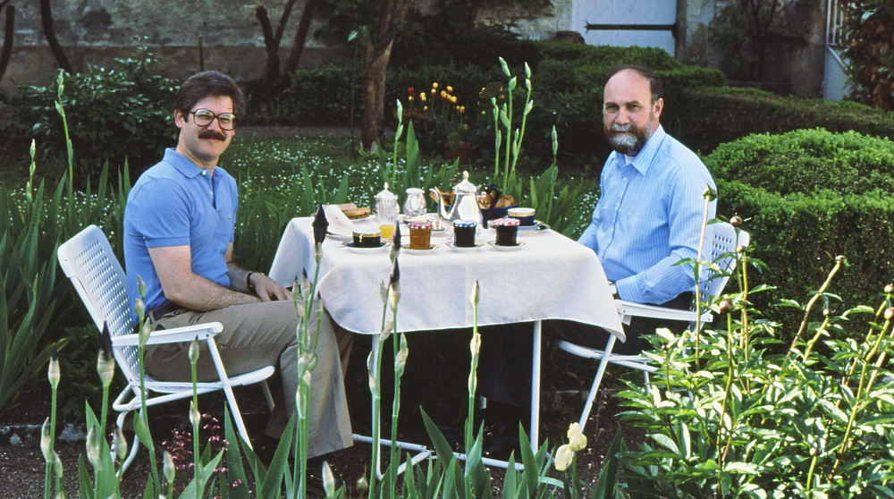 Breakfast in the garden of the Residence-Hotel Le Pontot in Vezelay